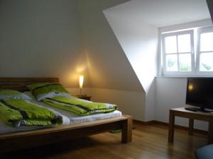 Kombinierter Schlaf- und Wohnraum im Dachgeschoss