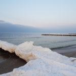 Am Strand türmt sich Eis auf.